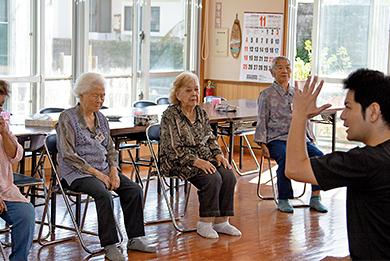 先生を囲んでみんなで体を動かす体操教室。