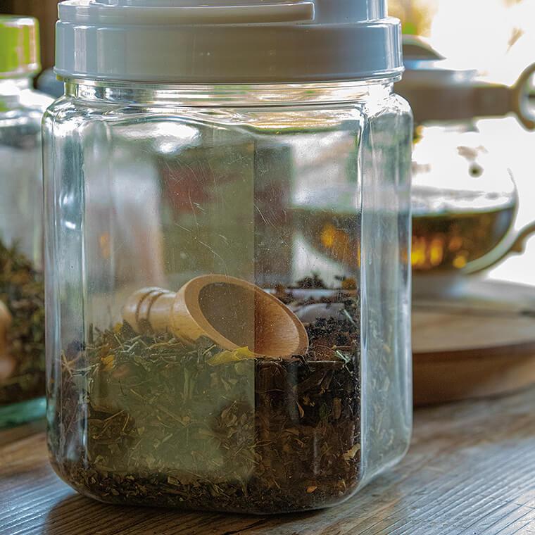 庭先の草花を乾燥させて薬草茶にします。