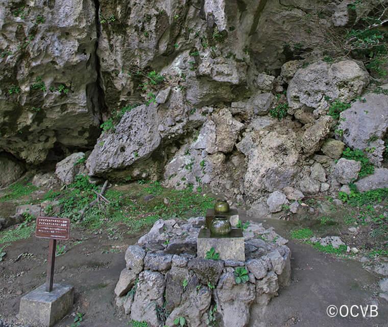 御嶽や拝所に置かれた石や香炉