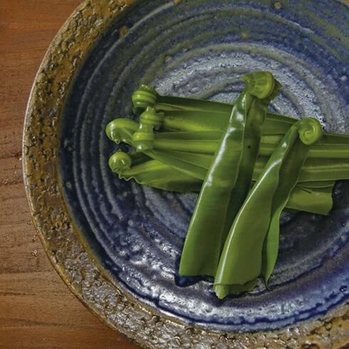 薬草は下ごしらえが大切。1枚1枚手でちぎり、丁寧に洗ってアクを流します。